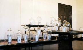 Duftkerzen unter Glasglocken im Atelier Oblique, Berlin